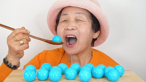 全网最酷的80岁老奶奶,吃起美食如此认真,每个表情都充满享受!