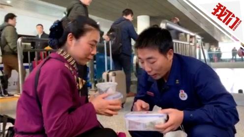 泪目!不忍打扰孩子的消防员母亲与子短暂相聚:互为对方带去最爱的饭菜