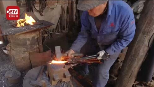 6旬铁匠一个月接待700多名外国游客 称要打铁打到打不动