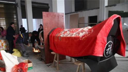 在农村守灵时,为什么要在棺材前点一盏灯?看完恍然大悟