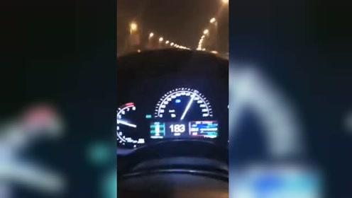 男子驾车狂飙180码拍视频炫耀被举报 驾驶证被吊销