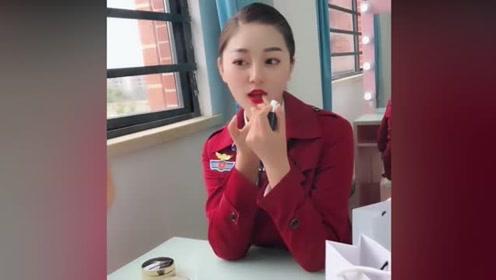 空姐梳妆打扮准备上班了,抹上口红后更漂亮了,太有气质了