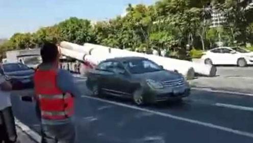 监拍:水泥柱滑落砸压驾驶室,致货车驾驶人死亡