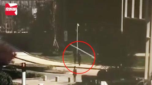祸从天降!扬州一货车不慎拉倒电线杆,砸中路过夫妻瞬间阴阳相隔