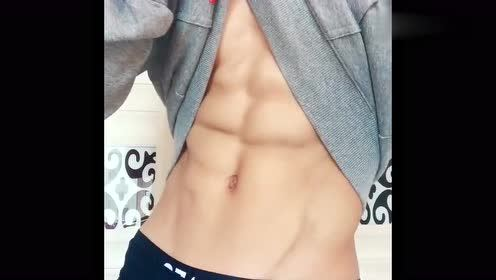男友掀起衣服的那一刻,腹肌简直太帅了,已经被他迷住了