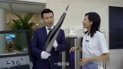劳斯莱斯汽车自配雨伞,居然要5万,只是一个雨伞啊!