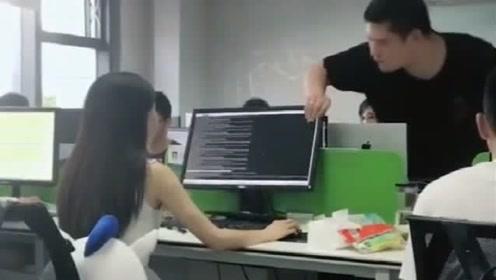 玩游戏的最高境界,在办公室当着领导的面,一样打游戏!
