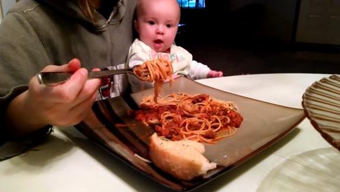 妈妈吃面条,把一旁的小宝宝馋坏了,急的直拍桌子,两眼都放光了