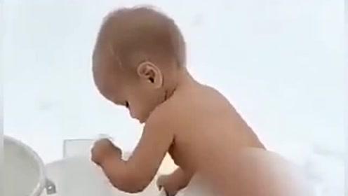 看战斗民族的小宝宝自己洗澡,服气吗?