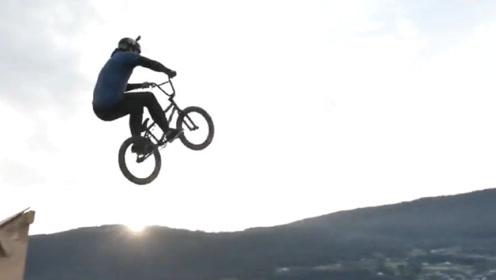 老外作死挑战水滑梯上骑自行车,冲向终点的时候想刹车都晚了!