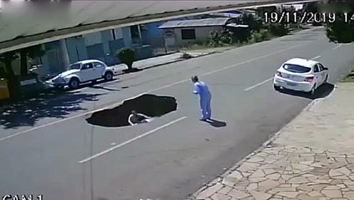 惊险一幕 女子载着女儿路上行驶突然掉进深坑