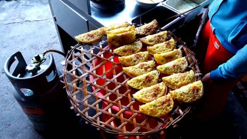 这就是越南很有名的特色美食:鲜虾饼纯手工制作