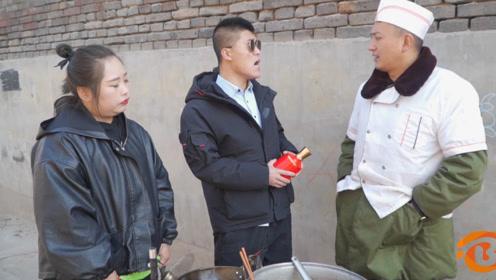 短剧:工友为了吃肉给打饭师傅送酒,谁料美女却送水,太抠门了