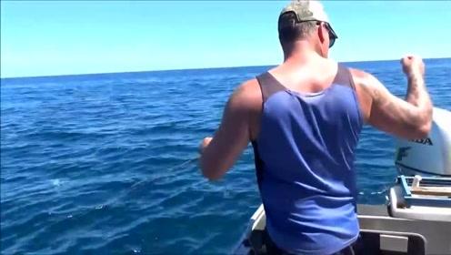 现在钓鱼都那么简单了吗,连鱼竿都不需要,还都是大鱼