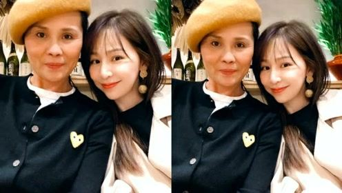 王心凌妈妈戴贝雷帽出镜 母女俩同框容颜不老似姐妹