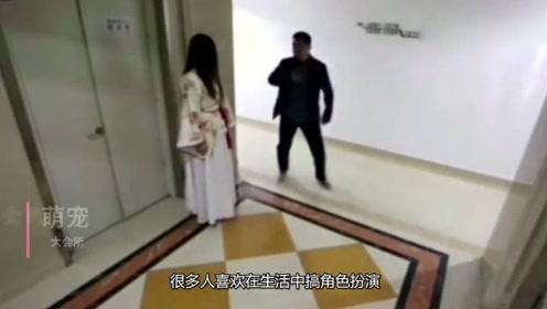妹子扮演贞子在楼道吓唬人,不料被大叔一脚踹倒真解气!