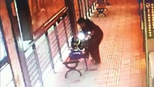 简直不要太暖心:小学生等公交时趴凳子上写作业,小姐姐及时送上台灯!