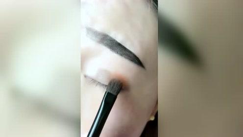 给大家发一个化妆的视频教程,希望大家可以喜欢
