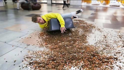 小伙端着20000枚硬币,走在人群中假装摔倒,结果你猜怎么着?