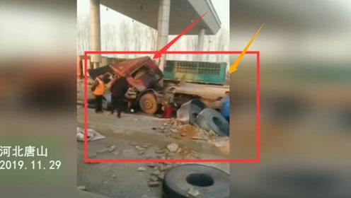 突发!一辆拉铁卷的大挂车出车祸了 车辆损坏严重