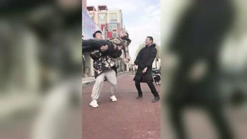 三个大男人竟然在大街上做出这样的事,真的是辣眼睛啊!