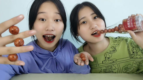 """俩妹子试吃""""香槟篮球巧克力"""",溜圆小球瓶中装,味道香浓咬不动"""