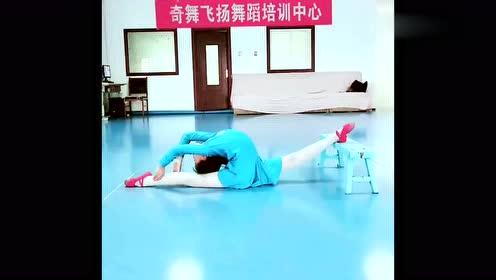 小姑娘在舞蹈房训练,下腰一字马做的好标准,柔韧度让人羡慕!