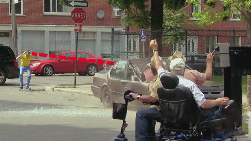 老外把车子停在无障碍停车位,被老头帮合伙拖走,砸的稀巴烂!