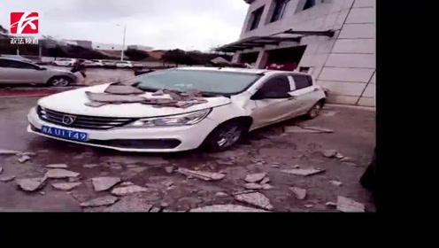 天外飞石!小区外墙脱落7台车被砸,车主却遭遇索赔难题
