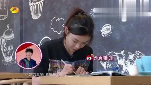综艺:袁姗姗为了考潜水证,吃饭也在做题,老爸看了多心疼啊
