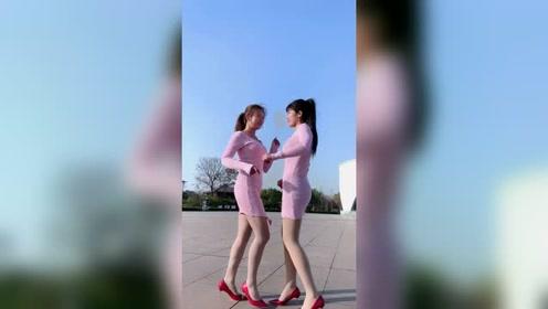 右一小姐姐身材比例刚刚好,估计男朋友不少啊