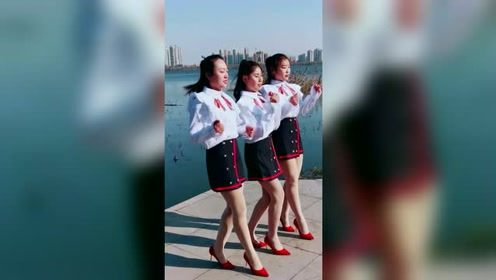 三个漂亮小姐姐跳广场舞,中间的小姐姐好调皮啊
