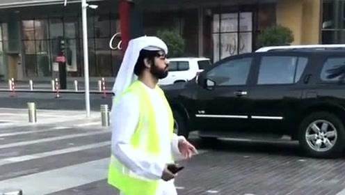 迪拜街头的交警叔叔,这一身装扮确实有点酷,但是白帽子依然带着!