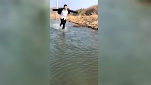 难道这就是传说中的水上漂?高手在民间