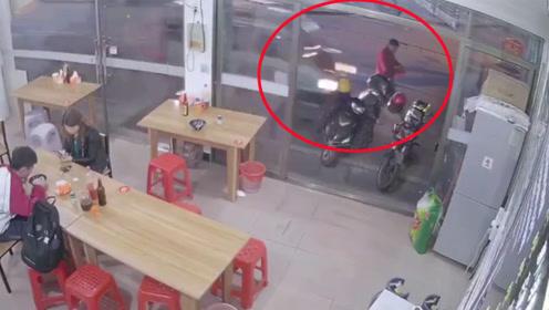 男子吃完饭刚走出小吃店瞬间被面包车撞飞 监拍恐怖一幕
