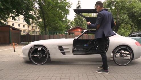 将汽车改装成自行车,采用双人脚蹬结构,上街时引众人拍摄