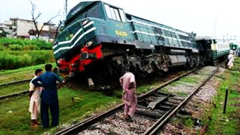第一次见!印度火车脱轨差点翻车,居然没有人受伤!