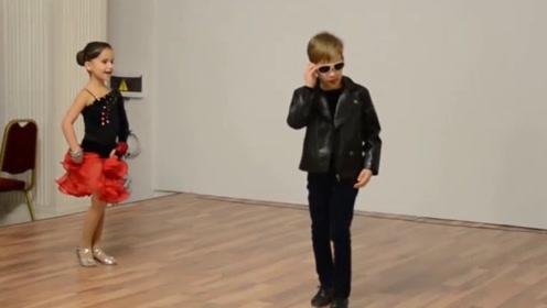 6岁小男孩携女舞伴跳恰恰舞,上台墨镜一扔观众就笑了