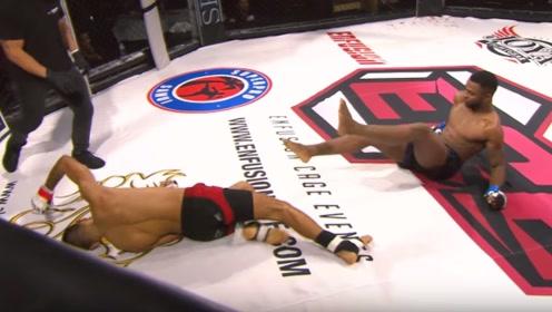 格斗擂台针尖对麦芒,同时出拳、同时倒地!