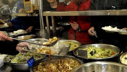 为什么食堂阿姨宁愿倒掉饭菜,也不给学生多打点?看完才知背后隐情!