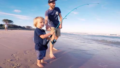 男子带2岁儿子钓鱼,样子萌翻众人,钓到鱼后更让人兴奋