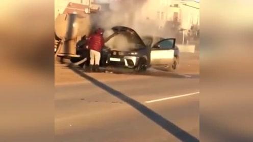 宝马车着火,吸粪车刚好在旁边,接下来的举动有点味道