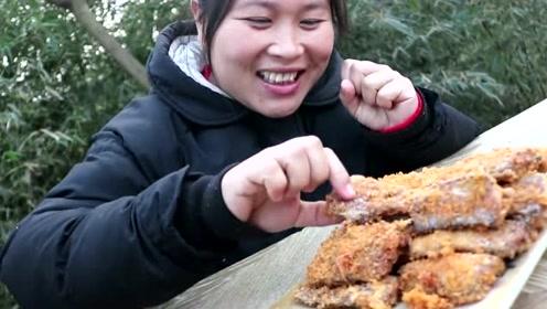 胖妹嘴馋吃香煎带鱼,手拿着啃香喷喷,别有一番风味