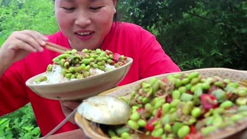 胖妹也会没胃口吃饭,地里这东西最下饭了,胖妹摘了2斤吃撑了!
