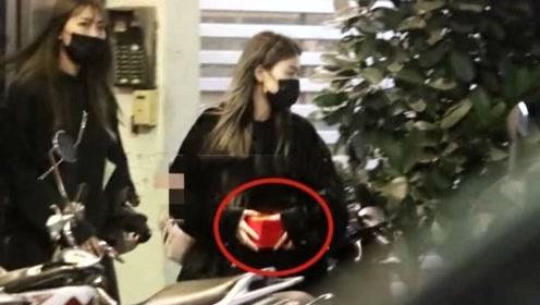 高以翔女友守灵到打烊 ,抱着神秘红盒子从侧门离去