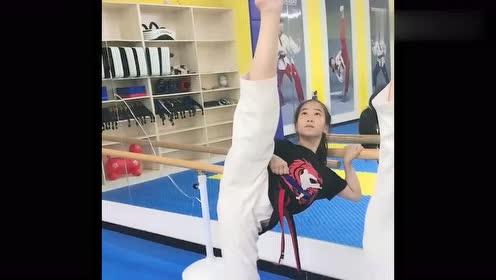 跆拳道训练日常,小姑娘们展示控腿练习,看着让人佩服!