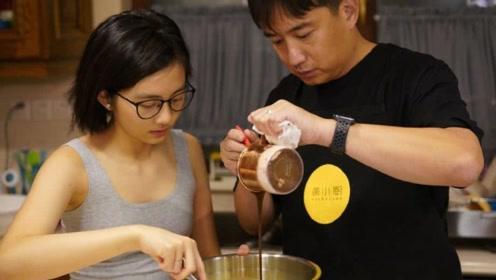 """黄磊和女儿在家做蛋糕 多多穿背心初显""""少女身材"""""""