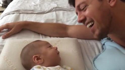 爸爸和宝宝聊天,小萌娃满嘴咿咿呀呀简直萌翻了,看把爸爸高兴的