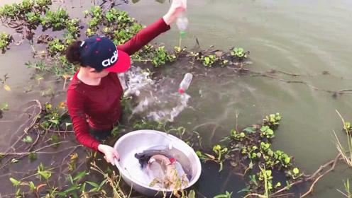 村里美女用塑料瓶自制钓鱼神器,接着坐等大鱼上钩,比钓鱼省心多了
