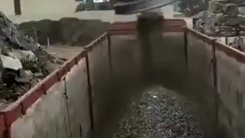 用磁铁转运废旧钢铁原来是这么操作的,长见识了